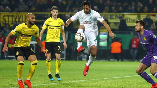 Claudio Pizarro enfrentando al Borussia Dortmund con el Werder Bremen
