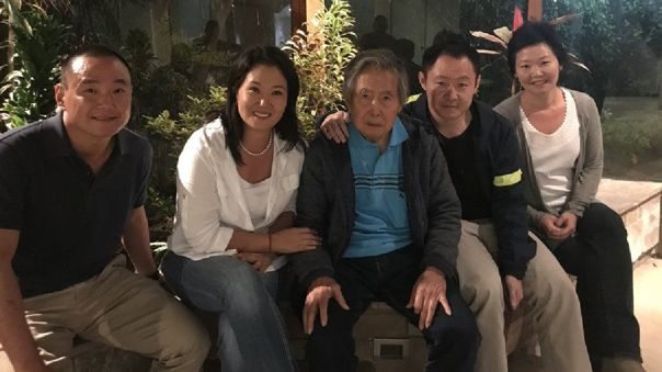 Hiro, Keiko, Kenji y Sachie Fujimori posan junto a su padre (centro) luego de que este recibió el indulto presidencial a fines del 2017, el cual fue recovado en octubre del 2018.