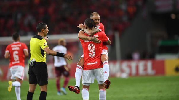 Paolo Guerrero y Andrés D'Alessandro celebrando un gol del peruano en Inter de Porto Alegre