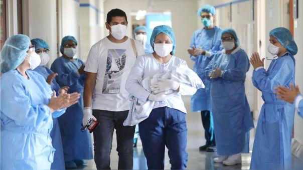 Una madre se reencuentras con su hija tras ser dada de alta por coronavirus en el Hospital Rebagliati.