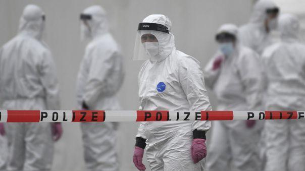 Trabajadores de salud en una estación de pruebas de coronavirus.
