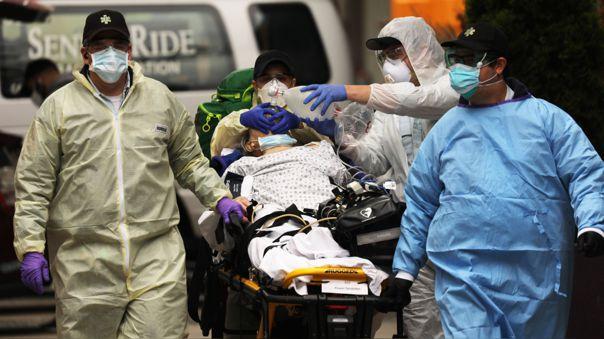 Médicos atienen a un paciente con problemas respiratorias en Brooklyn, Nueva York.