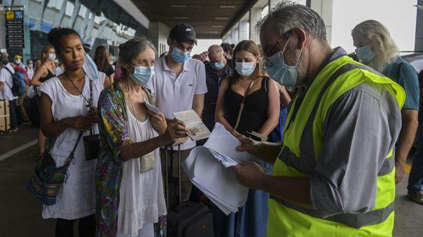 Una empleado de la embajada de Francia en Panamá revisa la lista de pasajeros de un vuelo humanitario con destina a París.