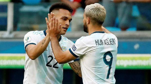 Lautaro Martínez y Segio Agüero celebrando un gol con la Selección Argentina