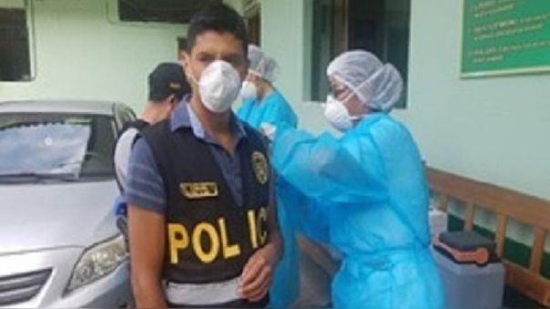 Personal de salud aplica pruebas rápidas a policía.