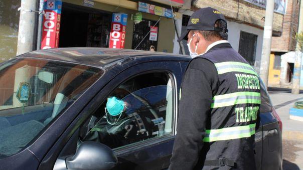 Trabajador de salud usaba su pase vehícular para hacer taxi