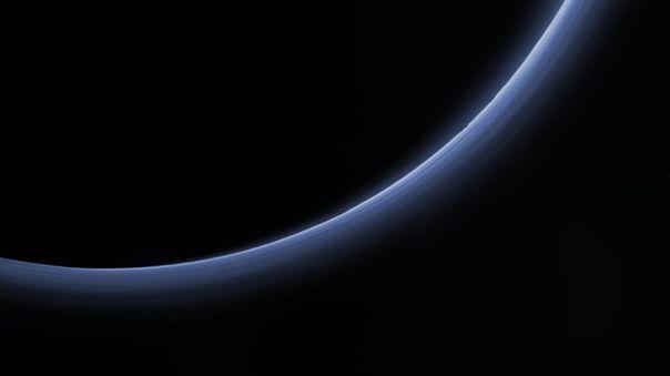 Imagen de color en alta resolución de las capas de neblina de Plutón, tomada por la nave New Horizons.