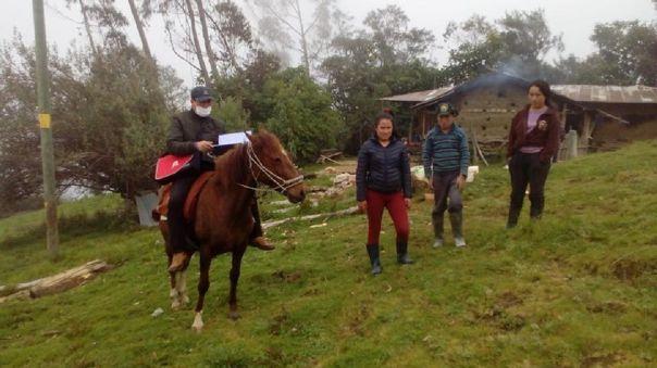 El profesor Oscar Dávila Estela se traslada en su caballo para dar reforzamiento a sus alumnos en sus viviendas