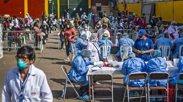 Trabajadores del Ministerio de Salud realizan pruebas en el mercado Ciudad de Dios, en el distrito limeño de San Juan de Miraflores.