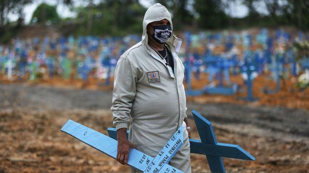 Un trabajadores se prepara para colocar cruces en tumbas de un cementerio de Manaos, uno de los estados más golpeados por el coronavirus en Brasil.