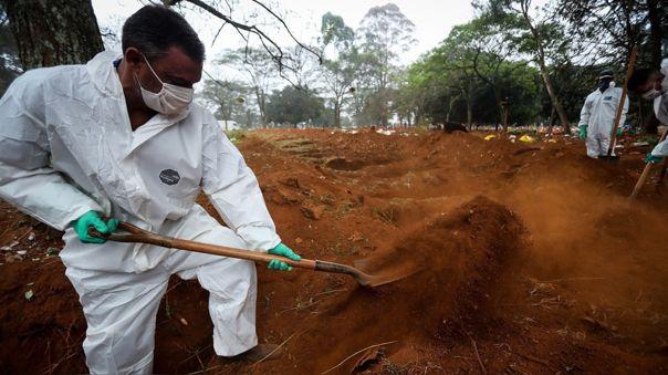 Trabajadores entierran a una presunta víctima del coronavirus en Sao Paulo, Brasil, uno de las regiones más afectadas por la pandemia en América Latina.