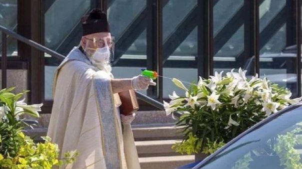 El sacerdote estaba protegido con la indumentaria correspondiente.