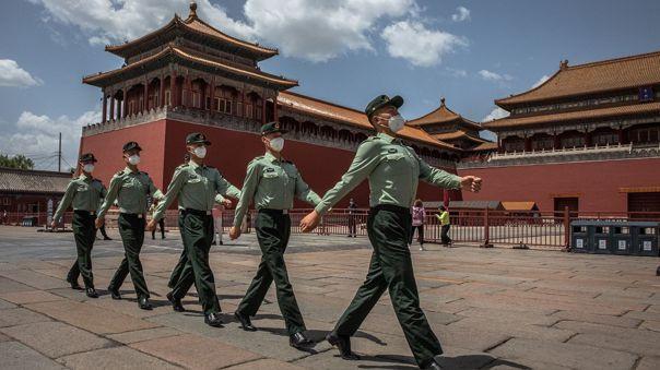 Miembros del Ejército de Liberación Popular de China marchan en la Ciudad Prohibida, en Pekín, China.
