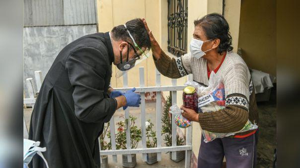 Padre Omar Sánchez ayudando a familias necesitadas durante la emergencia por el nuevo coronavirus.