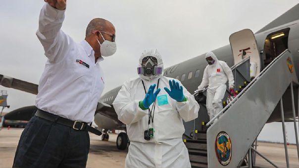 Previamente, Zamora estuvo en el aeropuerto recibiendo a 10 pacientes con COVID-19 provenientes de Iquitos.