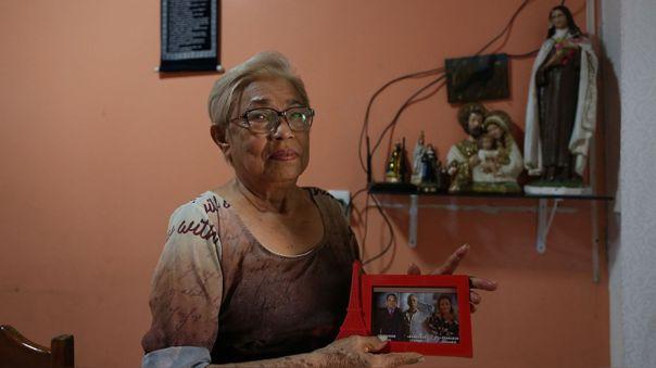 Maria Moitinho Nunes Sinimbu, quien perdió a cinco familiares por la COVID-19, entre ellos tres hijos de quienes muestra una foto.
