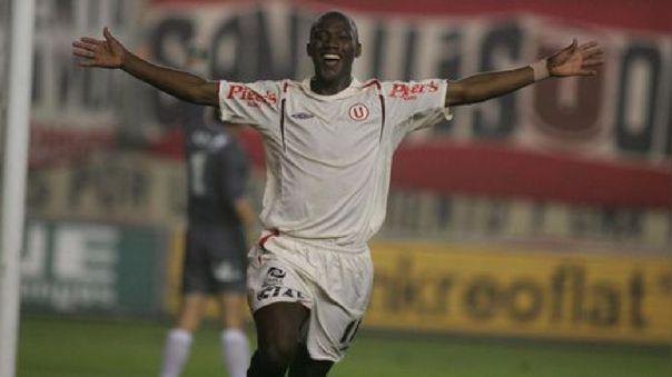 Jhoel Herrera con la camiseta de Universitario de Deportes en el año 2005