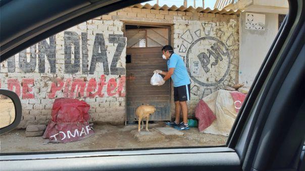 Taxista reparte almuerzos a las familias más humildes