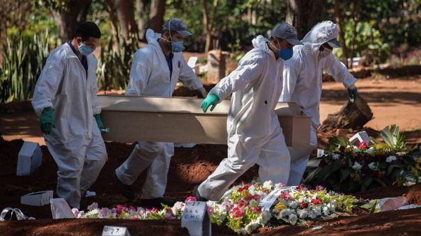 Empleados cargan el ataúd de una víctima de la COVID-19 en Sao Paulo, el foco del coronavirus dentro de Brasil.