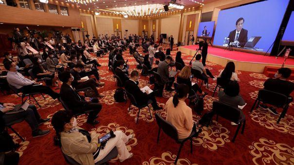 Periodistas atienden una conferencia de prensa de Zhang Yesui, vocero de la Asamblea Nacional Popular china, ofrecida este jueves.