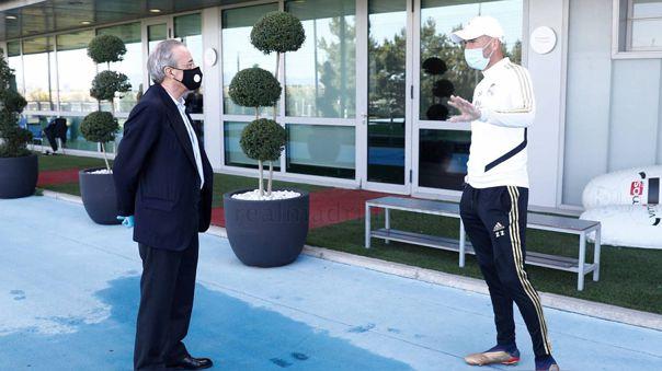 Florentino Pérez visitando Valdebebas para ver el entrenamiento del primer equipo del Real Madrid