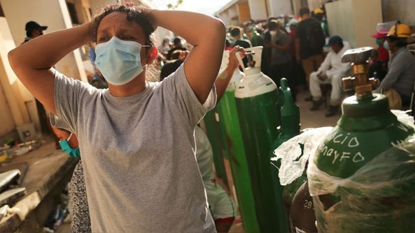 Familiar de un paciente de COVID-19 mientras hace cola para recargar un tanque de oxígeno para el uso de su ser querido en el hospital regional de Loreto.