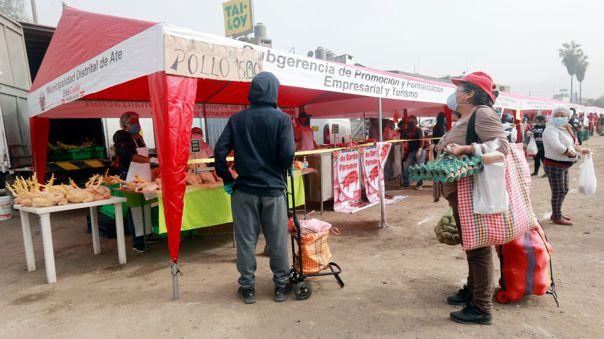 Contraloría realiza operativo en mercados itinerantes.