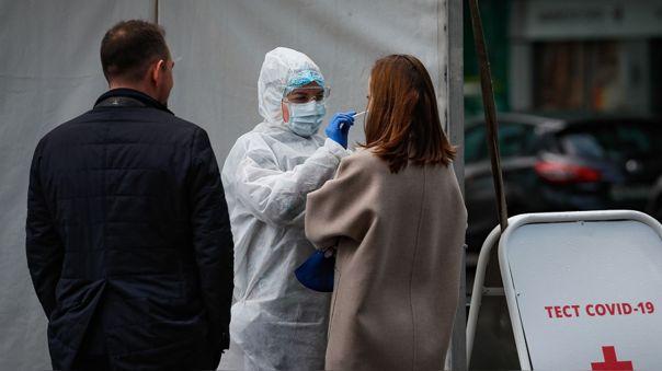 RusiaUna mujer se somete a una prueba de descarte de COVID-19 en Moscú.