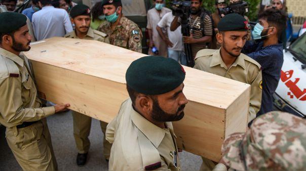 Las tropas del ejército llevan el ataúd de una víctima de un accidente durante un funeral un día después de que un avión de Pakistan International Airlines se estrellara en un área residencial en Karachi el 23 de mayo de 2020.