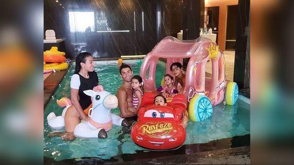 Cristiano Ronaldo disfrutando de una 'pool party' con su pareja Georgina Rodríguez y sus hijos