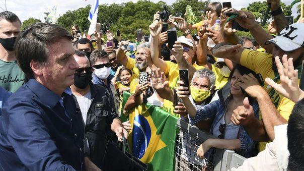 Jair Bolsonaro ante una multitud afuera de la sede presidencial en Brasilia.