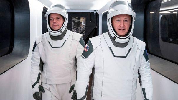 Robert Behnken (izquierda) y Douglas Hurley (derecha) son los astronautas que participarán en la misión Crew Dragon.