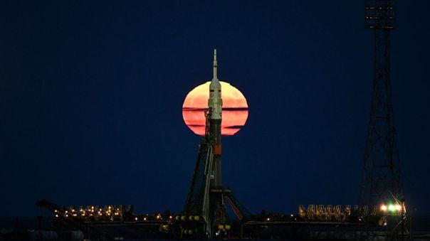Una superluna se ve detrás de una sonda Soyuz de Rusia.