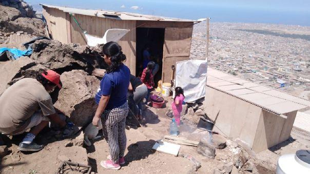 De la olla común que preparan al menos 100 niños son alimentados.