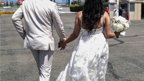 La pareja de novios, el rabino que ofició la boda judía, familiares de los contrayentes y el dueño de casa fueron detenidos.