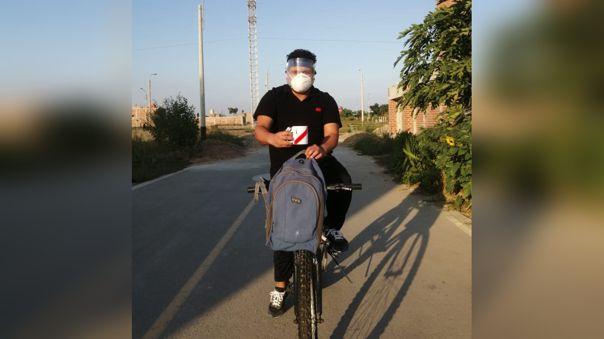 Henry Montenegro reparte sus productos utilizando una bicicleta