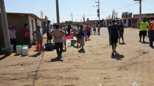 Pobladores se aglomeran y pugnan por agua potable