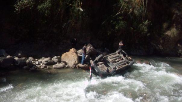 Así quedó el auto que cayó al río Huallaga