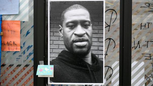 Una fotografía de George Floyd cerca al lugar de su muerte bajo custodia de la Policia.