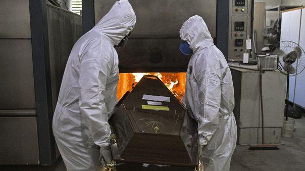 Trabajadores de un crematorio en Rio de Janeiro, Brasil, trabajan con equipos de protección ante el coronavirus.