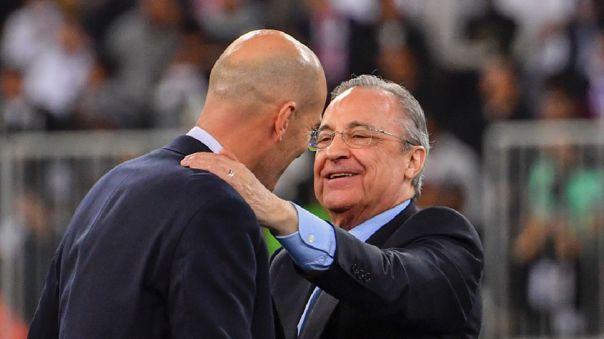Florentino Pérez abrazando a Zinedine Zidane tras ganar la decimotercera Champions League