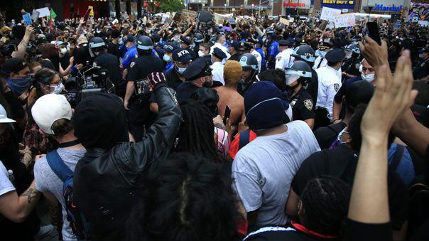 Manifestantes y policías en Nueva York. Las protestas por el asesinato de George Floyd se extendieron por las principales ciudades de EE.UU.