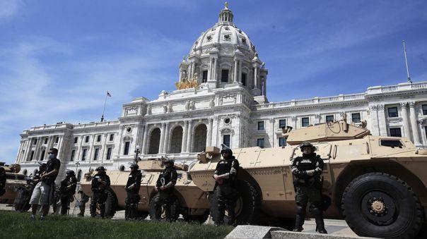 Miembros de la Guardia Nacional y de la Policía estatal de Minesota frente al capitolio del estado.