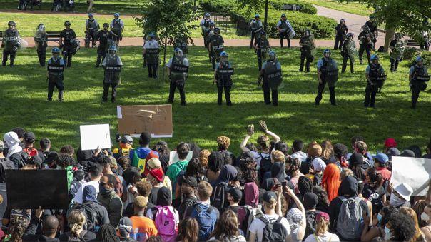 Manifestantes afuera de la Casa Blanca este domingo 31 de mayo