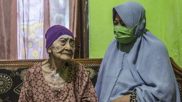 Kamtim junto a su nuera, Siti Aminah