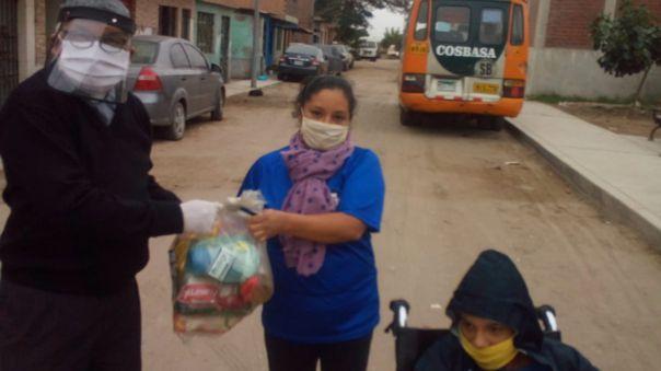El padre Julio Saldaña Villavicencio se encarga de entregar los donativos a las persnas que más lo necesiten.