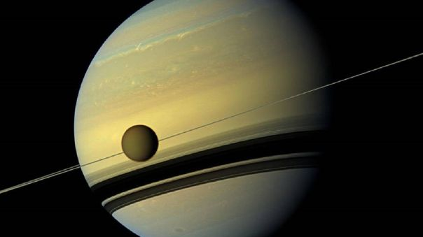 Titán orbitando a Saturno