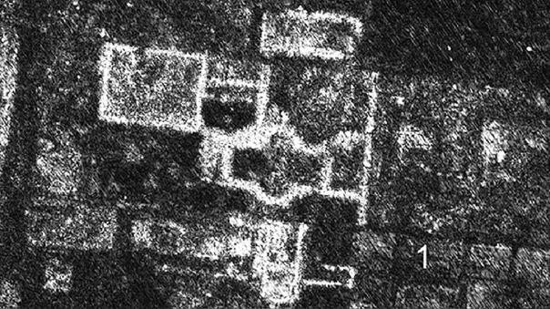 Imagen muestra restos de la ciudad a una profundidad de 0.75-0.80 metros. Se vé cómo el robo de piedras ha hecho que pierda murallas.