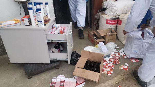 La policía encontró cerca de 5 000 empaques de ivermectina para animales dentro del establo.