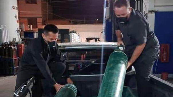 Párrocos Juan García y Jorge Olaya trasladan balones de oxígeno a los hospitales para pacientes con pocos recursos económicos.
